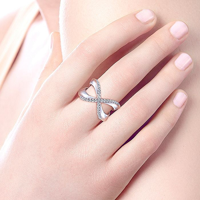 925 Sterling Silver Criss crossing White Sapphire Ladies Ring