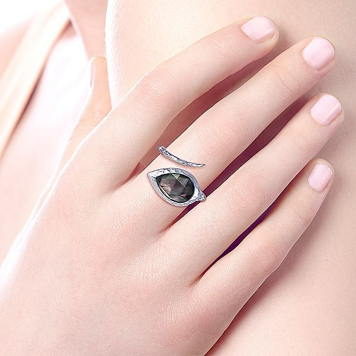 925 Sterling Silver Hammered Pear Shaped Black Pearl/Rock Crystal Open Wrap Ring